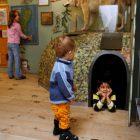 Barn som upptäcker rovdjurshörnan i Naturum Värmland.