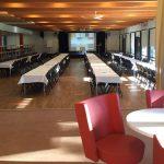 Konferenslokalen Holken, möblerat med långbord för många gäster.
