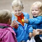 Förskolebarn lär sig på ett lekfullt sätt hur ett blir en färdig kyckling.